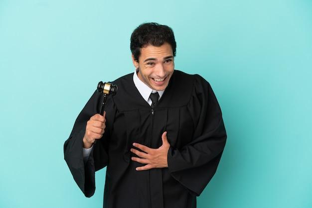 Rechter over geïsoleerde blauwe achtergrond die veel lacht