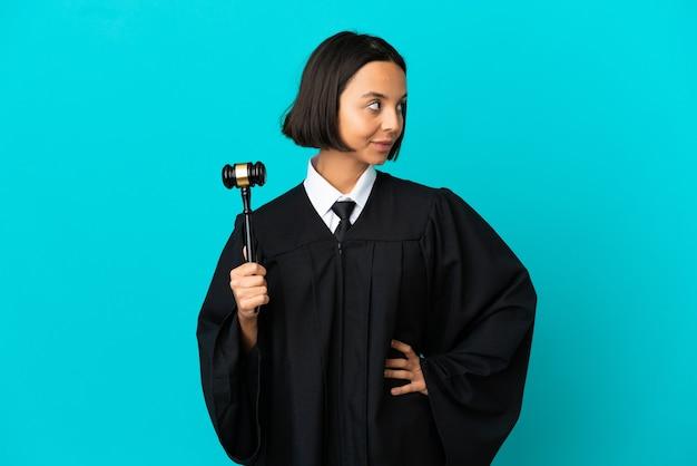 Rechter over geïsoleerde blauwe achtergrond kijkend naar de zijkant