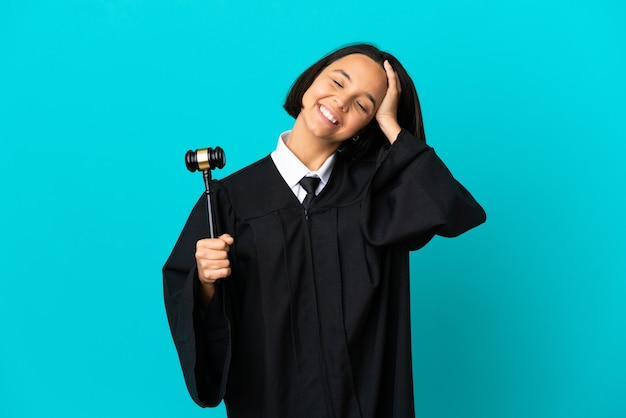 Rechter over geïsoleerde blauwe achtergrond lachen