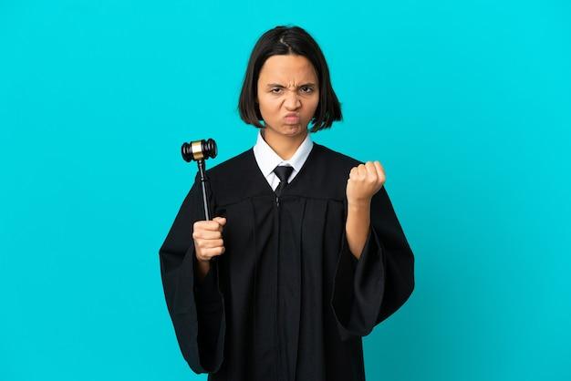 Rechter over geïsoleerde blauwe achtergrond met ongelukkige uitdrukking