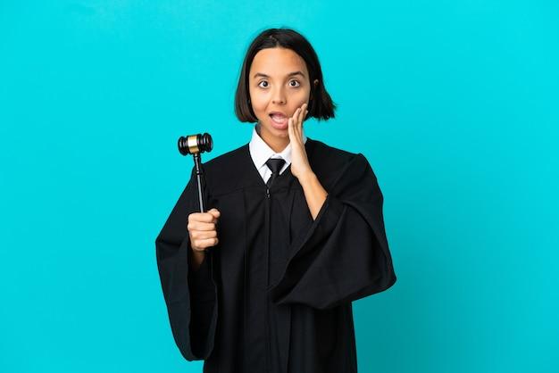 Rechter over geïsoleerde blauwe achtergrond met verrassing en geschokte gezichtsuitdrukking
