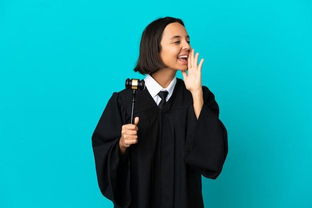 Rechter over geïsoleerde blauwe achtergrond schreeuwend met mond wijd open naar de zijkant