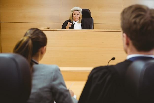 Rechter praten met advocaten om een beslissing te nemen