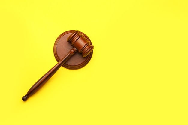 Rechter's voorzittershamer op geel, bovenaanzicht