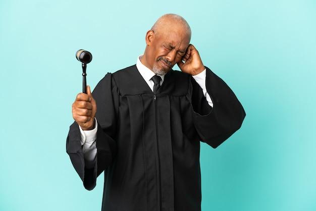 Rechter senior man geïsoleerd op blauwe achtergrond gefrustreerd en oren bedekken