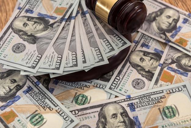 Rechter van de hamer op ons geld dollars bankbiljetten. wet concept