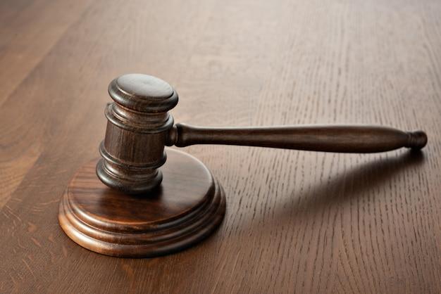 Rechter (veiling) voorzittershamer op een eikenhouten tafel