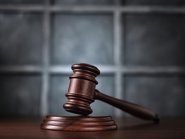 Rechter veilinghamer op tafel