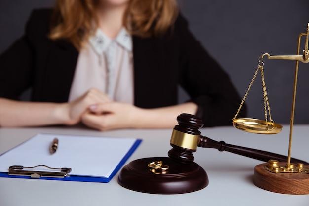Rechter voorzittershamer die beslist over echtscheiding
