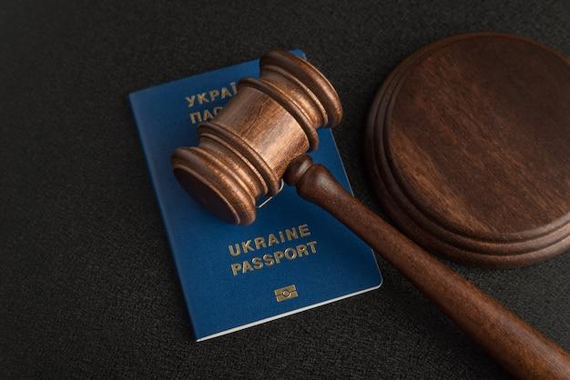 Rechter voorzittershamer en oekraïens paspoort