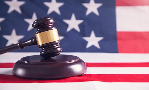 Rechter voorzittershamer met amerikaanse vlag.