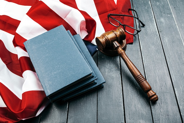 Rechter voorzittershamer op de vlag van de verenigde staten van amerika