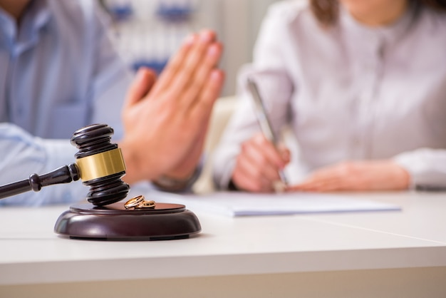 Rechterhamer die over echtscheiding beslist