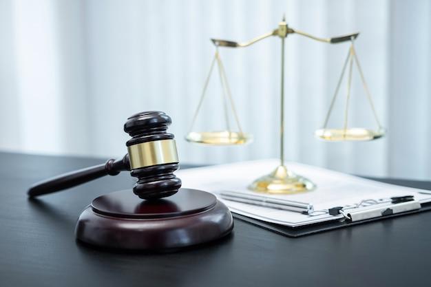 Rechterhamer met justitie bij advocatenkantoor op de achtergrond met juridisch documentcontract, recht en rechtvaardigheid, advocaat, rechtszaak.