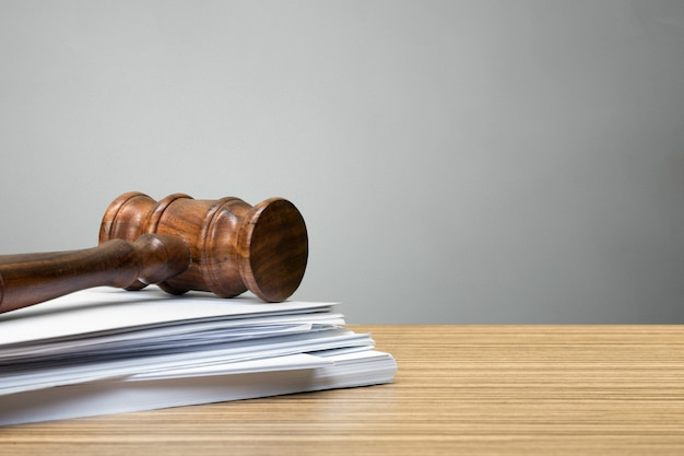 Rechterhamer op witboek en lijst