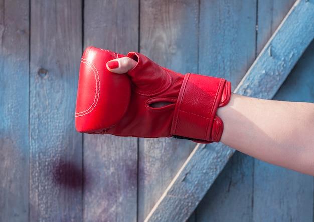 Rechterhand vrouwtje in een rode bokshandschoen