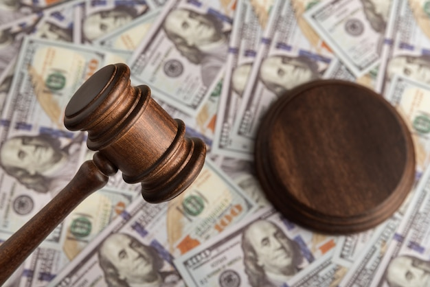 Rechters hamer en het geld. dollars en justitie. corrupte rechtbank. proef van oplichters.