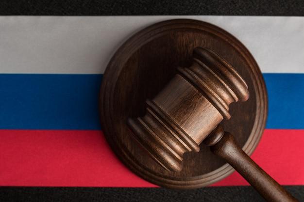 Rechters hamer en vlag van de russische federatie. recht en rechtvaardigheid. staatsrecht