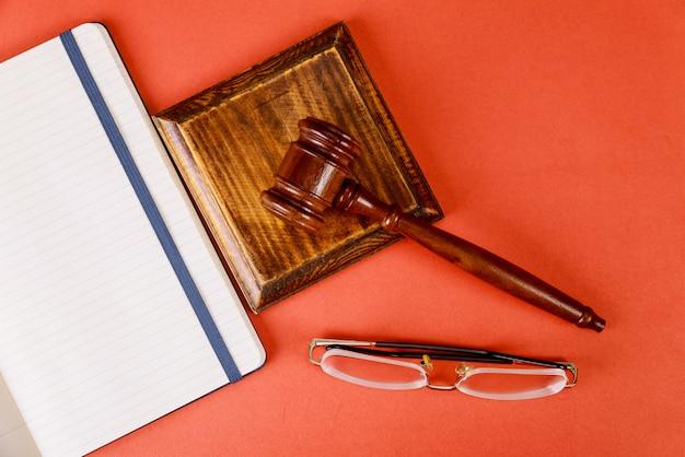 Rechters houten hamer van leesbril met tafel kantoorbenodigdheden