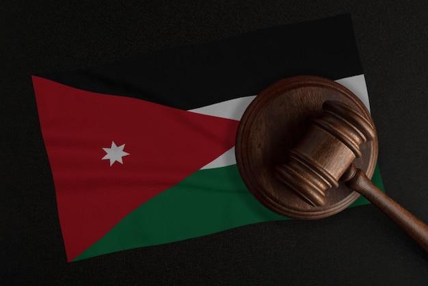 Rechters voorzittershamer en de vlag van jordanië