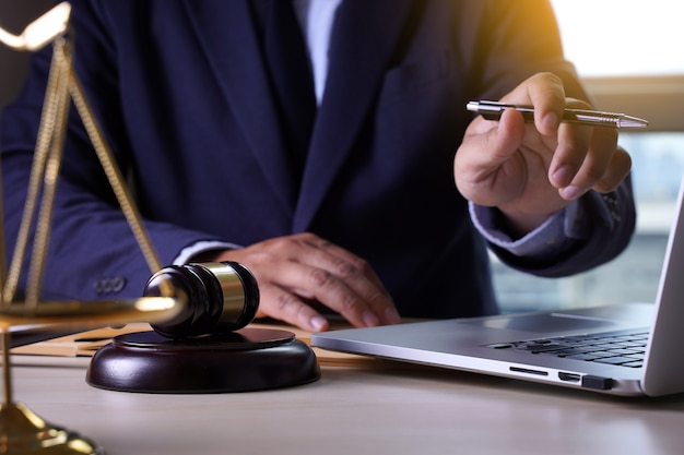 Rechtershamer met het concept van de advocatenadvocaat van rechtvaardigheidadvocaten