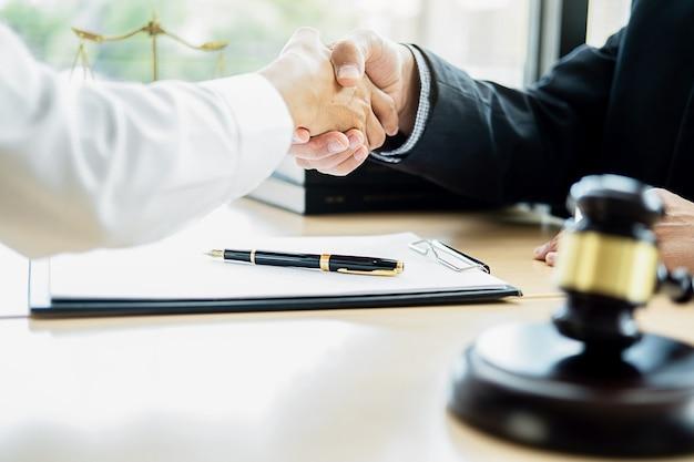Rechtershamer met rechtvaardigheidsadvocaat die teamvergadering bij wetsfirma met wettelijke bureauachtergrond hebben.
