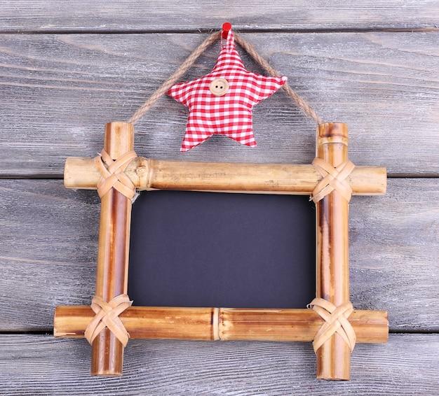 Rechthoekig bord op houten ondergrond