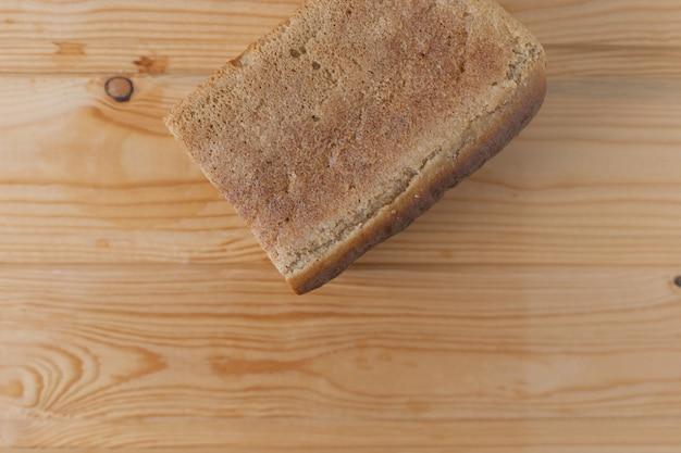 Rechthoekig roggebrood met gesneden stukjes