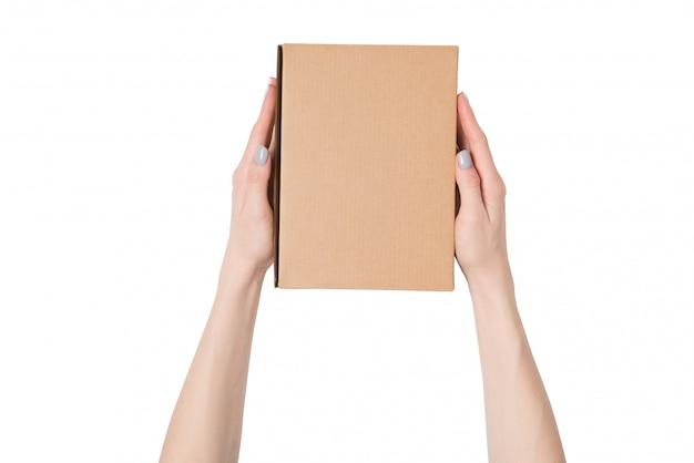 Rechthoekige doos in vrouwelijke handen. bovenaanzicht. isoleren