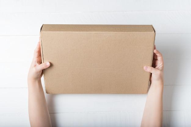 Rechthoekige kartonnen doos in kinderhanden