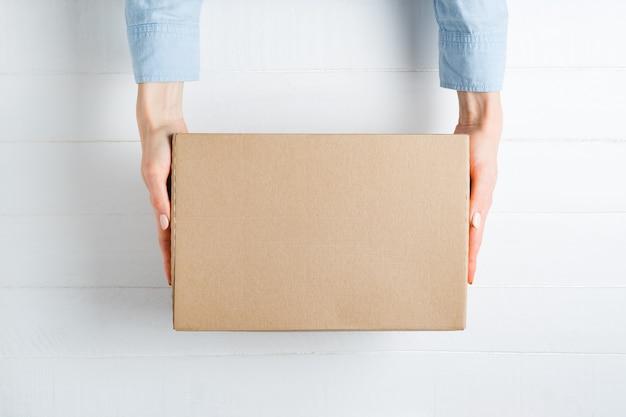 Rechthoekige kartonnen doos in vrouwelijke handen