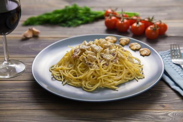 Rechts een vork op het servet en in de verte zie je tomaten op een tak, groen en knoflook