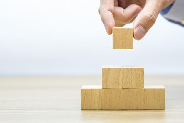Rechts houten blok gestapeld in driehoekvorm