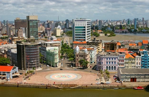 Recife, pernambuco, brazilië. luchtfoto van het stadscentrum met marco zero.