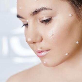 Reclame make-up mooie dikke lippen fel roze kleur, vrouw looks, schoonheidssalon. reclame voor gezichtsverzorging, perfecte lippen