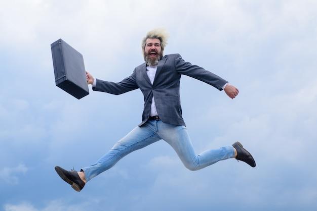 Reclame zakelijke zakenman loopt met koffer ceo zakenman in pak buiten bedrijf