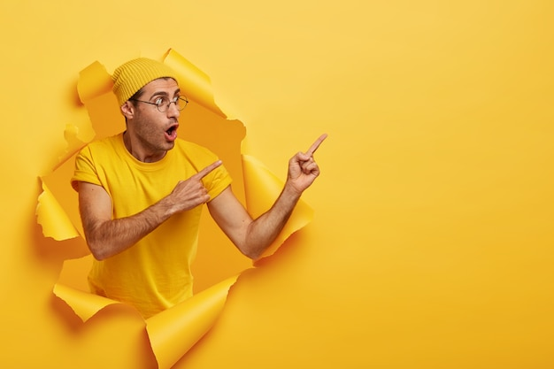 Reclamebanner met kopie ruimte. emotionele verrast stijlvolle man draagt gele hoed