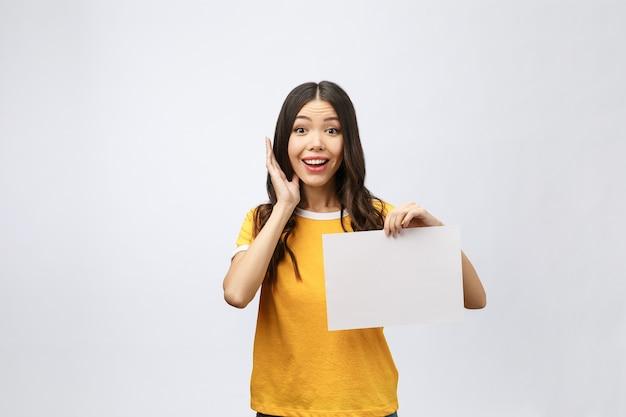 Reclamebanner teken - opgewonden vrouw wijzend neerkijkend op leeg, leeg reclamebordpapier