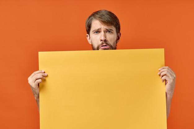Reclamebord poster man in de muur oranje muur kopieer de ruimte.