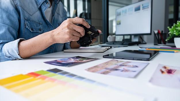Reclamebureau ontwerper creatief start-up team bespreken ideeën op kantoor.