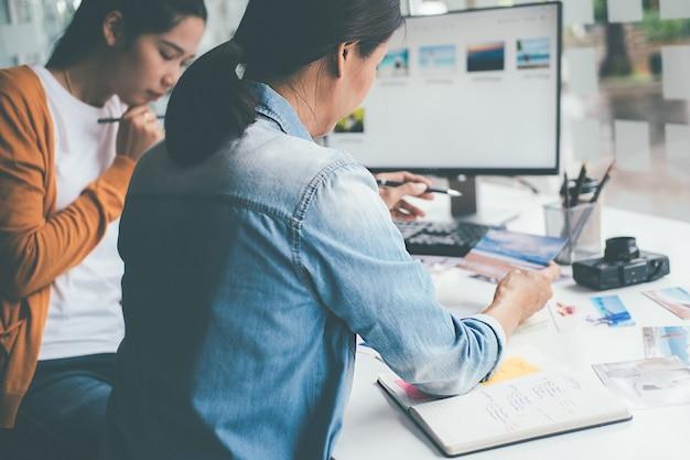 Reclamebureau ontwerper creatief start-up team ideeën bespreken in kantoor. Premium Foto