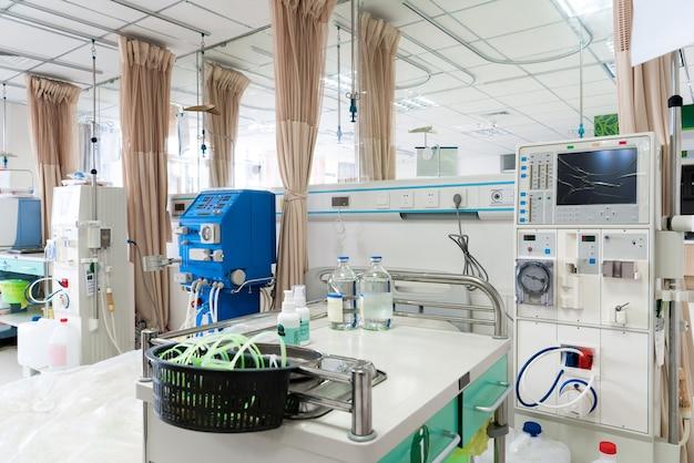 Recovery room met bedden en comfortabele medische apparatuur. interieur van een lege ziekenhuiskamer. schone en lege kamer met een bed in het nieuwe medisch centrum