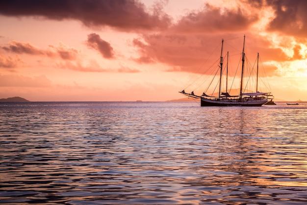 Recreatiejacht aan de indische oceaan
