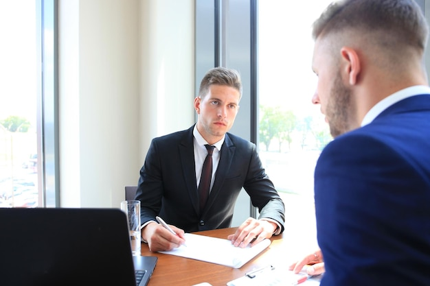 Recruiter die de kandidaat controleert tijdens sollicitatiegesprek
