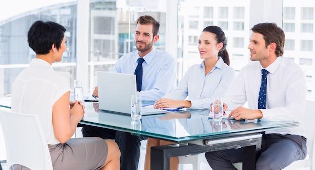 Recruiters die de kandidaat controleren tijdens een sollicitatiegesprek