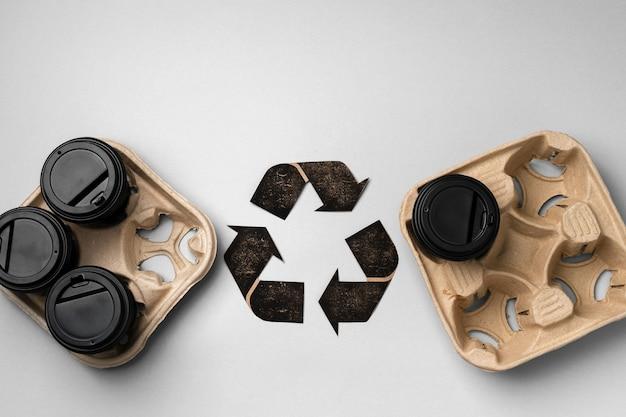 Recycle afhaal koffiekopjes en dienbladen ecologisch concept