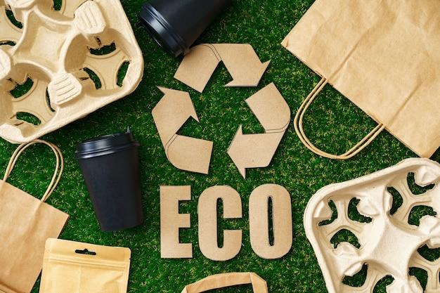 Recycle afhaalkoffiekopjes en dienbladen ecologisch concept, bovenaanzicht