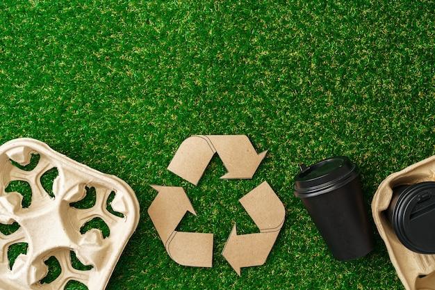 Recycle afhaalmaaltijden koffiekopjes en dienbladen ecologisch concept