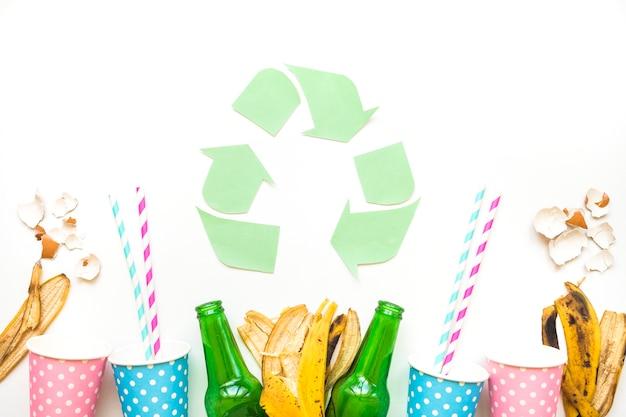 Recycle logo met afval