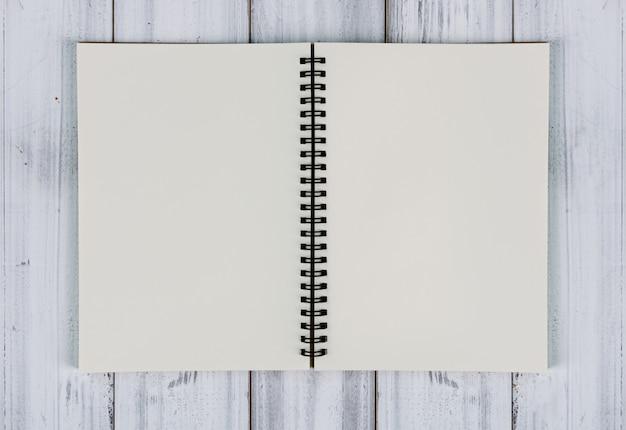 Recycle notebook op vintage witte houten tafel, bovenaanzicht
